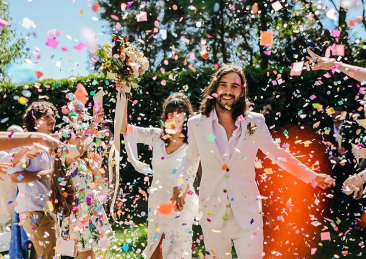 Эффектная встреча молодоженов на свадьбе