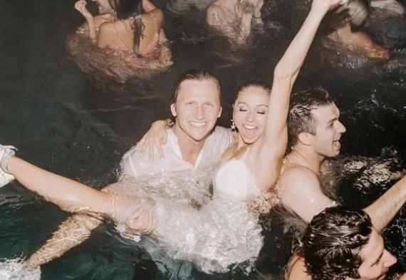 молодожены в бассейне