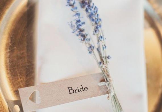 карточки для рассадки гостей с лавандой на свадьбе
