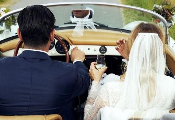 жених и невеста едут в кабриолете