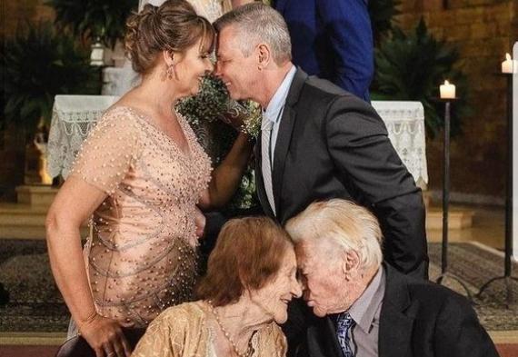 Интересный вариант фото с родителями на свадьбе