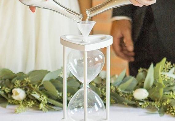 песочные часы на церемонии