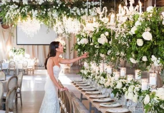 ретро гирлянда со свисаниями в свадебном зале