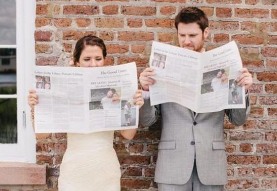 жених и невеста читают газету