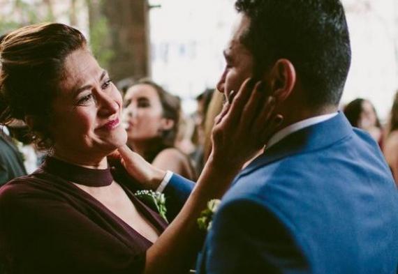жених с мамой на свадьбе