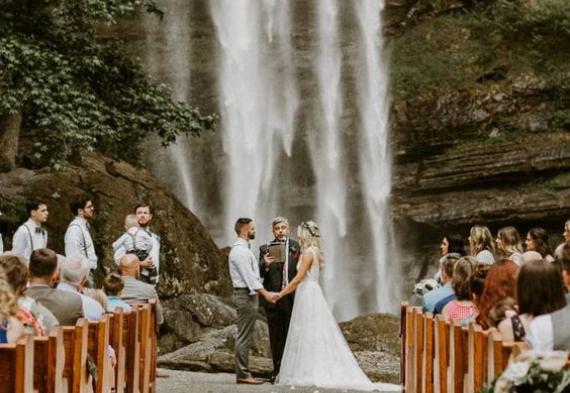 Выездная регистрация на фоне водопада