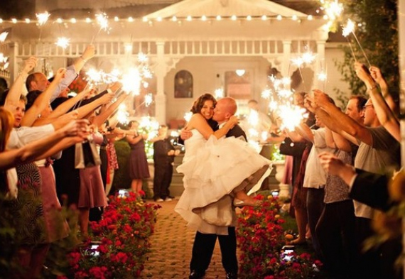 жених уносит невесту