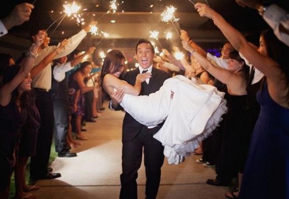жених уносит невесту со свадьбы