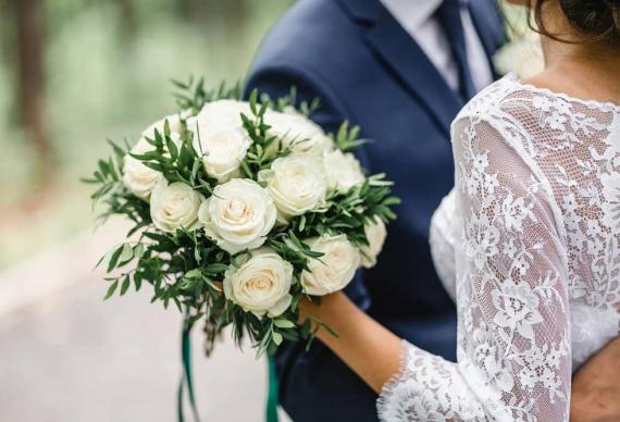 Жених и невеста с букетом