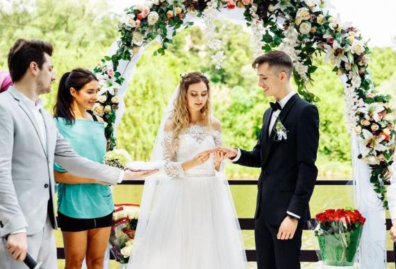 Молодожёнам подносят свадебные кольца
