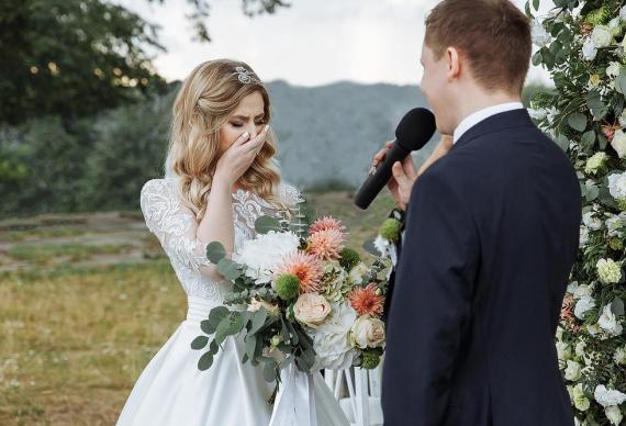 Невеста плачет во время свадебной клятвы