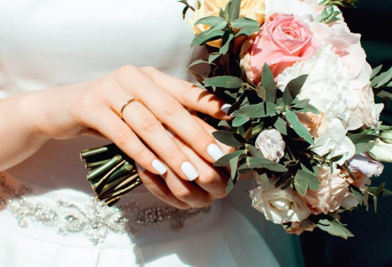 Невеста с букетом и кольцом