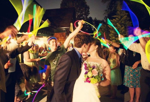 светящиеся палочки на свадебной церемонии