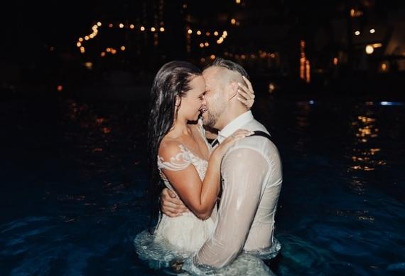 молодожены в бассейне на свадебной вечеринке