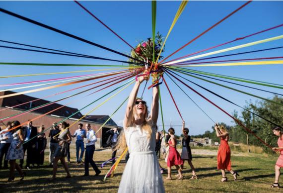 бросить букет невесты необычным образом