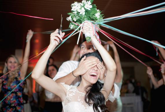 бросить букет невесты с лентами
