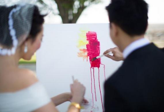 молодожены на церемонии с рисунком