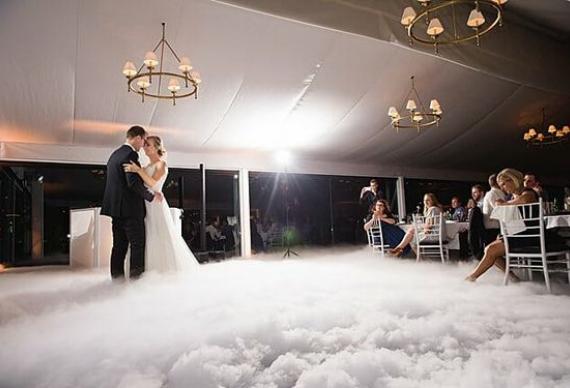 танец жениха и невесты в тяжелом дыму