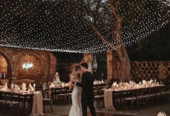 гирлянда под потолок в свадебном декоре