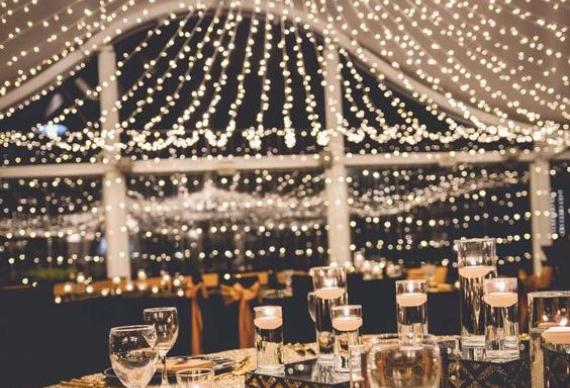 гирлянда под потолок в свадебном интерьере