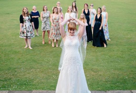 как бросить букет на свадьбе