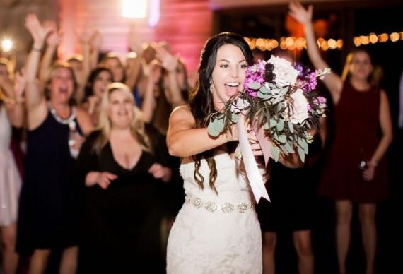как бросить свадебный букет невесте