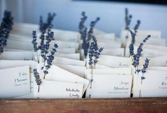 карточки для рассадки гостей с лавандой на свадебной церемонии