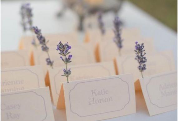 карточки для рассадки гостей с цветами лаванды на свадьбу
