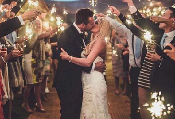 коридор из гостей на свадебном торжестве