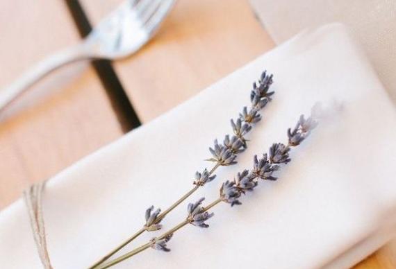 лаванда для сервировки стола на свадебной церемонии