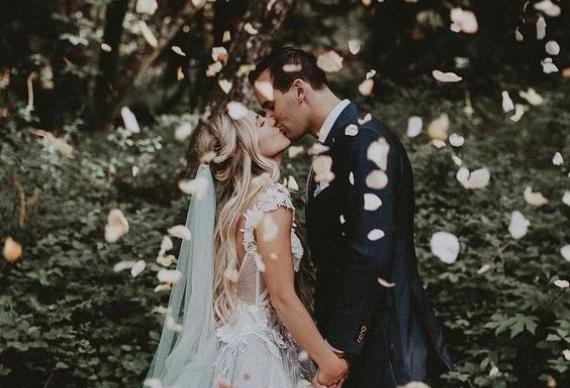 лепестки из роз для свадебного фото