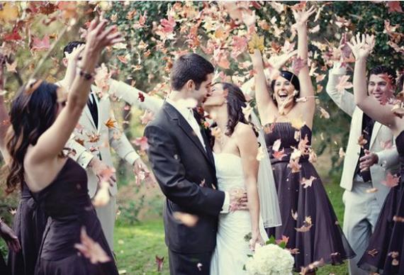 осенние листья на свадебном фото