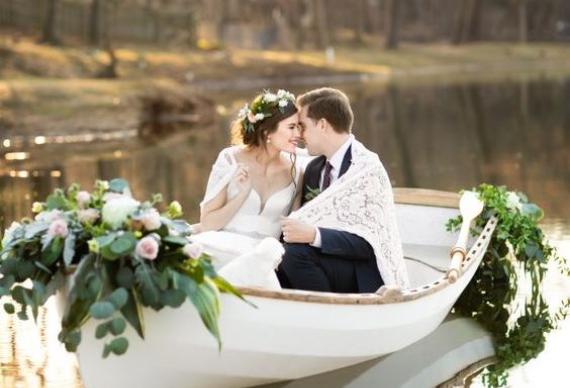 невеста и жених в лодке
