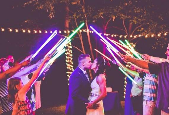 """световые мечи из """"звездных войн"""" на свадебной вечеринке"""
