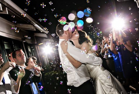 мыльные пузыри на свадебной вечеринке
