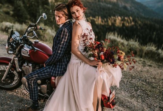 свадебная пара на мотоцикле