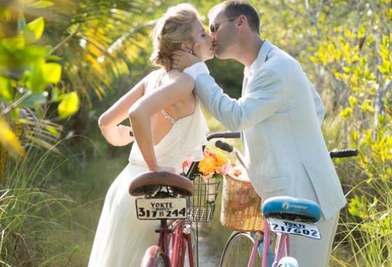 свадебная пара на велосипедах