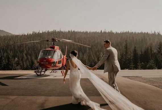 появление на свадьбе на вертолете