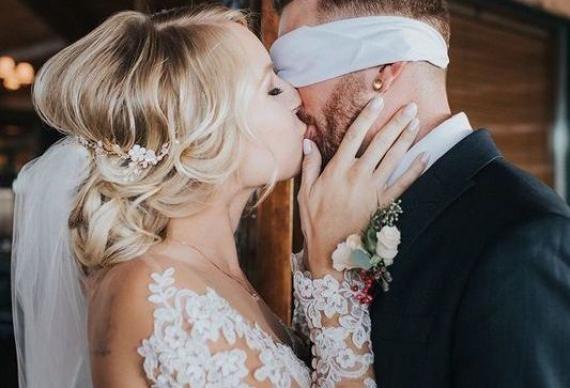 поцелуй на свадебном торжестве