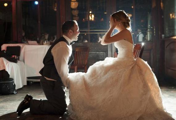 традиция бросать подвязку на свадьбе