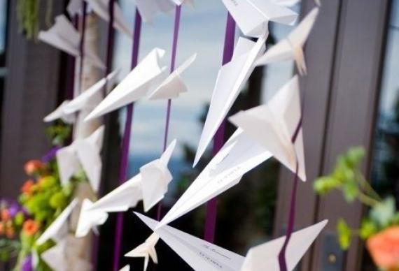 бумажные самолетики в свадебном декоре