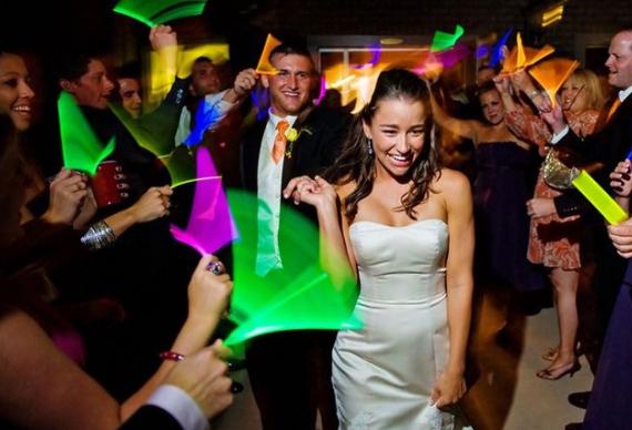 светящиеся палочки на заверении свадебного торжества