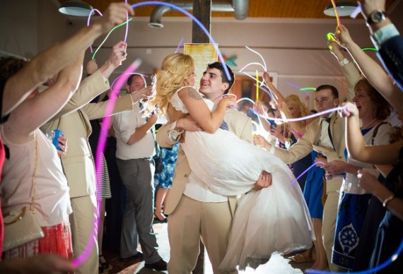 свадебный коридор из светящихся палочек