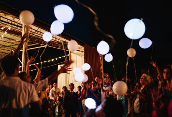 светящиеся шарики на свадебной вечеринке