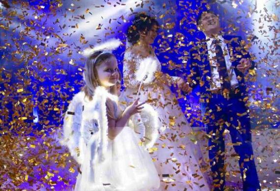 танец ангелочков с молодоженами