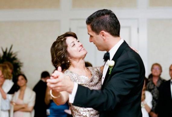 танец жениха и мамы на свадебном торжестве