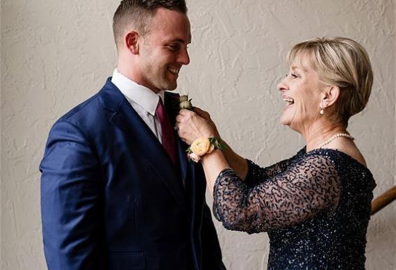 мама с женихом на свадьбе
