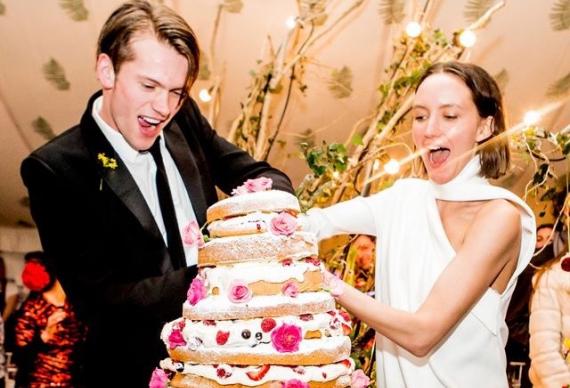 молодожены разрезают торт