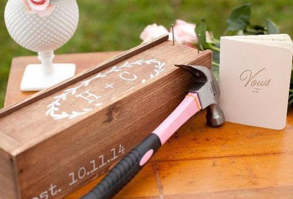 Винная церемония на свадьбе. Молодожены забивают ящик молотком. Купить коробку. Цена от 2500 руб