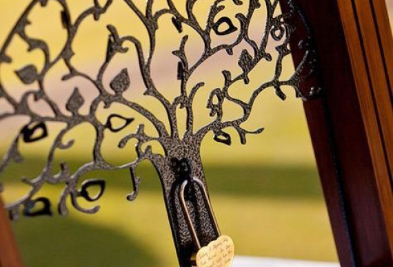 запирание замка на свадьбе
